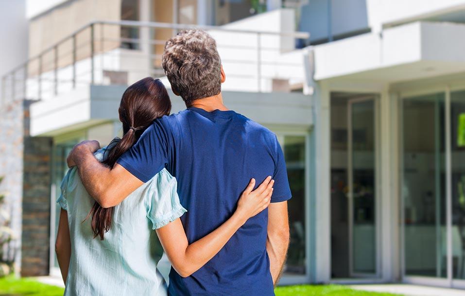完成した家を満足そうに眺める夫婦