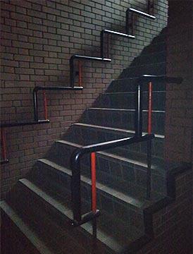 所有しているビルの階段が暗い